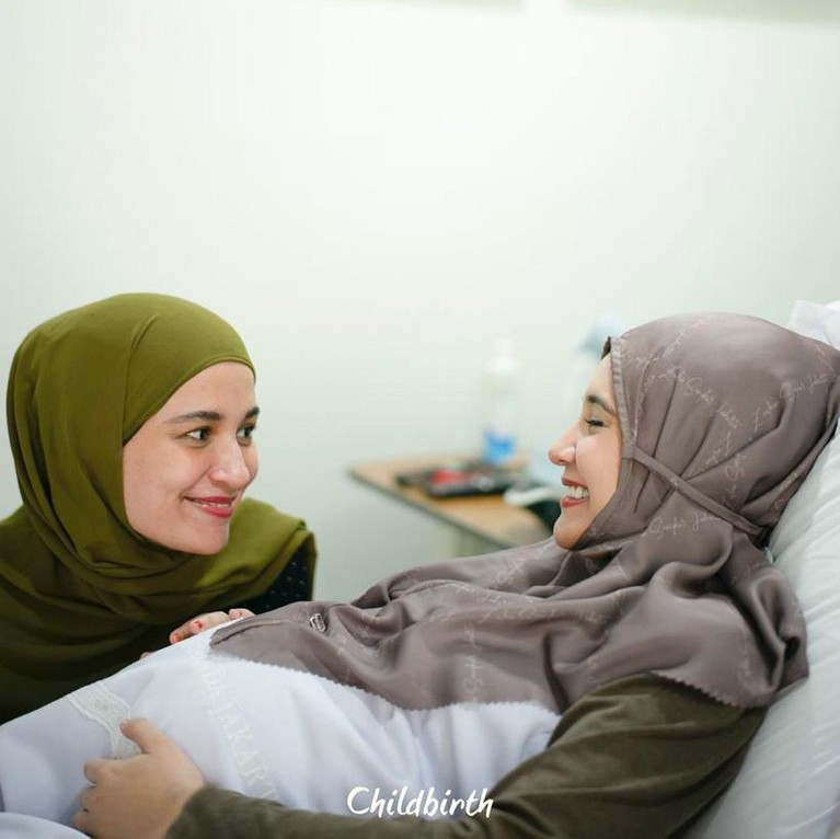 Kabar bahagia datang dari pasangan Irwansyah dan Zaskia Sungkar yang telah melahirkan anak pertamanya setelah 10 tahun penantian. Berikut momen haru Zaskia!