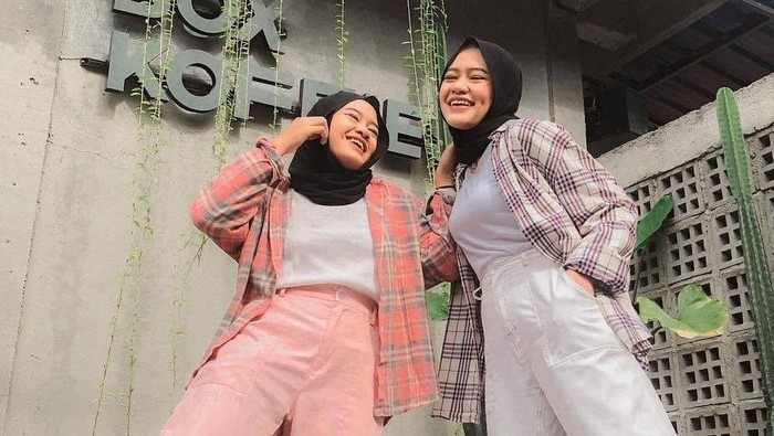 Tampil Casual dan Chic! Mix n Match Outer Kemeja Kotak-kotak untuk Hijabers