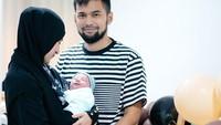<p>Kehadiran Ukkasya yang telah lama dinanti oleh Irwansyah dan Zaskia Sungkar ini turut membahagiakan keluarga mereka, Bunda. Masing-masing dari keluarga mereka membagikan potret bersama Ukkasya di media sosial. (Foto: Instagram @shireensungkar)</p>