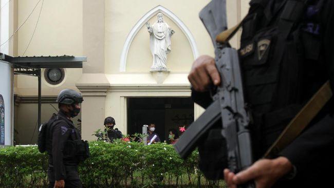 Densus 88 menangkap pegawai BUMN berinisial N di Kabupaten Maros. Dia diduga punya kaitan erat dengan teror bom gereja Makassar beberapa waktu lalu.