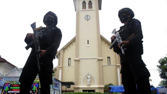 Densus 88 menangkap pegawai BUMN terkait bom Makassar. Total sudah ada 33 terduga teroris yang ditangkap terkait jaringan bom Makassar.