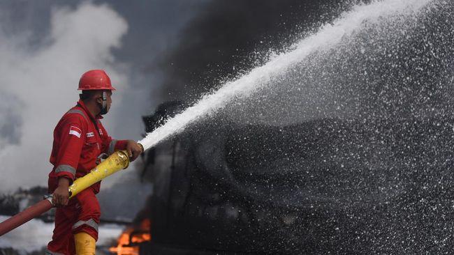 Saat kebakaran tangki di Komplek Kilang Paracilin PT Pertamina RU IV Cilacap, lokasi kejadian sedang hujan disertai petir.