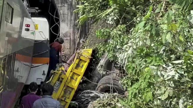 Korban dari kecelakaan yang melibatkan kereta dan truk di Taiwan bertambah menjadi 41 orang. Belum diketahui penyebab kecelakaan tersebut.