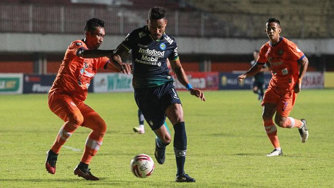 Dua penyerang Persija Jakarta dan duo striker Persib Bandung bersaing ketat berebut sepatu emas di Piala Menpora 2021.