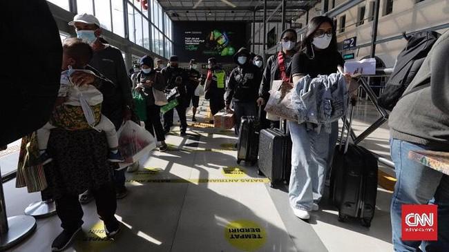 Stasiun Senen dipadati penumpang saat libur Paskah. Mereka rela antre dan tes Genose atau swab antigen untuk memastikan bebas Covid-19.