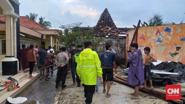 Puting beliung melanda Desa Karang Anyar dan Desa Pinggirpapas, Sumenep. Selain belasan rumah rusak, tiga orang juga mengalami luka.