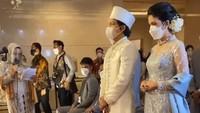 <p>Atta Halilintar berjalan masuk ke ruangan ijab kabul bersama tantenya, Hestia Faruk Tejo. Sedangkan orang tuanya berada di Malaysia dan baru menjalanioperasi (Foto: Instagram @raffinagita1717)</p>