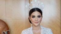 <p>Putri Krisdayanti dan Anang Hermansyah itu tampil memukau dalam balutan gaun rancangan Kebaya Veranda. Nuansa <em>simple</em> semakin terasa dengan pemilihan bordir sederhana dan warna putih polos (Foto: Instagram @thebridestory)</p>