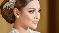 <p>Penampilan Aurel Hermansyah dipercantik dengan pemakaian tiara rancangan desainer kondang Rinaldy Yunardi. Wajahnya juga dipoles dengan makeup flawless oleh MUA Bennu Sorumba, serta sanggul sederhana (Foto: Instagram @hairstylist_arrusa)</p>