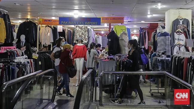 Walau sudah banyak mal di Jakarta, tapi Pasar Baru selalu menyenangkan untuk dikunjungi. Ada banyak tempat belanja dan tempat makan legendaris di sini.