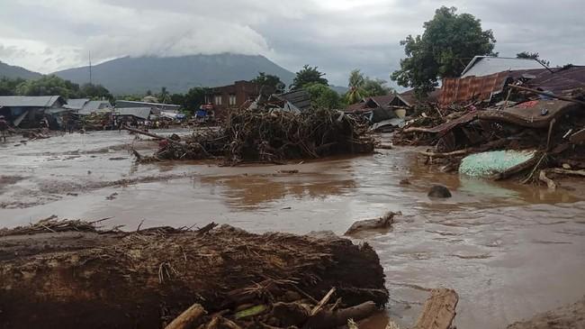 Banjir menerjang Flores Timur, NTT pada Minggu (4/4) dini hari. Berikut gambaran dampak banjir yang telah menewaskan 44 orang itu.