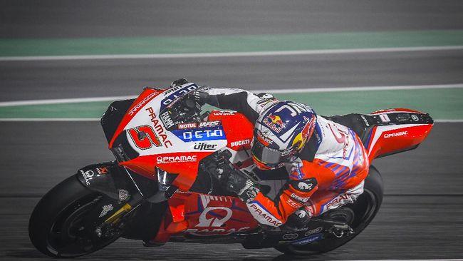 Momen koncak terjadi di FP2 MotoGP Portugal 2021 saat Johann Zarco menumpang motor Jack Miller di Sirkuit Algarve, Jumat (16/4).