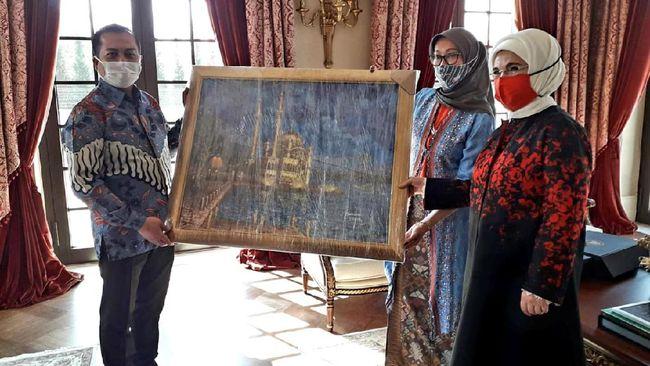 Mantan Sekretaris Kabinet era Presiden SBY, Dipo Alam, menyerahkan tiga lukisannya untuk dihadiahkan kepada Presiden Turki Recep Tayyip Erdogan.