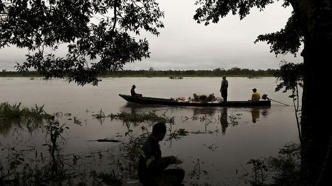 Banjir melanda Badau, kawasan yang ada di perbatasan Indonesia-Malaysia hingga ketinggian 90 cm pada Minggu dini hari.