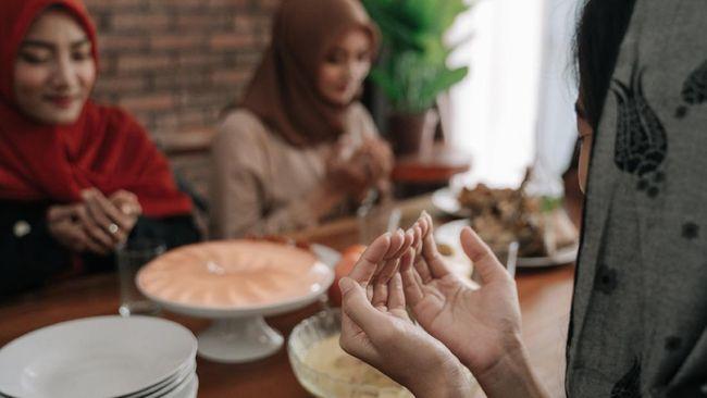 Saat berbuka dianjurkan untuk membaca doa buka puasa terlebih dahulu. Kebiasaan ini adalah anjuran yang dicontohkan Nabi Muhammad SAW ketika berpuasa.