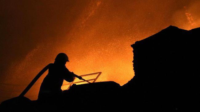 Kebakaran di Blok F Pasar Inpres Pasar Minggu diduga dipicu akibat puntung rokok. Kerugian sementara ditaksir mencapai Rp10 juta.