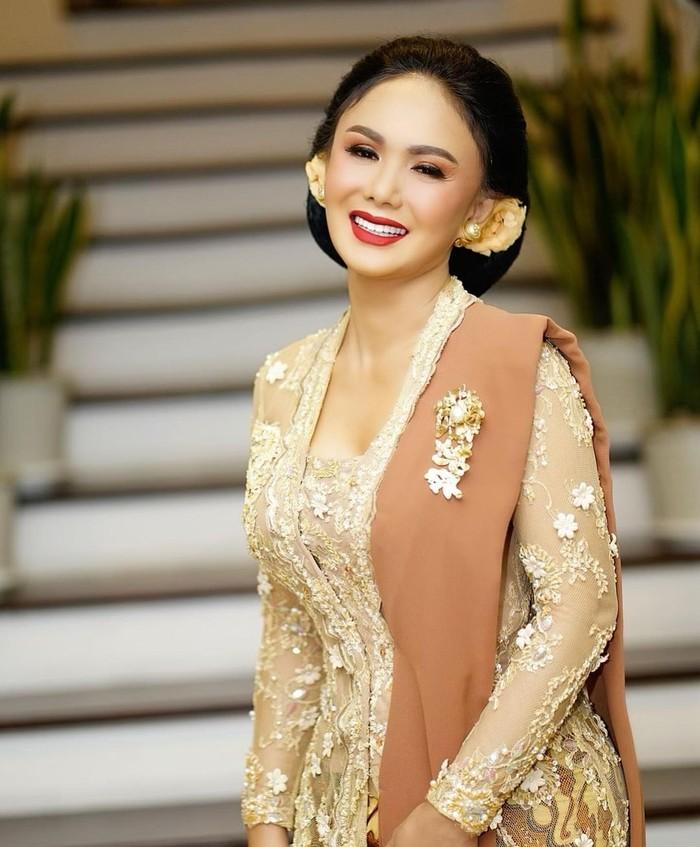 Yuni Shara, hadir sebagai keluarga dari ibu kandung Aurel Hermansyah, Krisdayanti. Dia mengenakan kebaya kutu baru rancangan Dwi Purnomo Sikie/Sumber/Instagram/yunishara36.