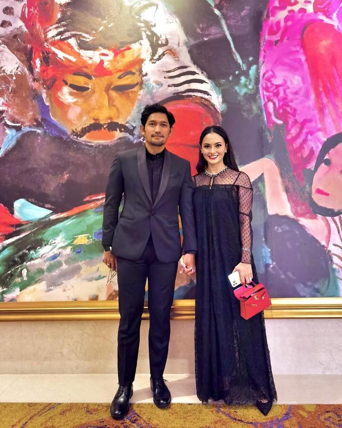 Pasangan menikah baru Ririn Ekawati hadir ke kondangan Aurel-Atta bersama suaminya, Ibnu Jamil. Mereka kompak mengenakan pakaian bernuansa hitam/Sumber/Instagram/ririnekawati.