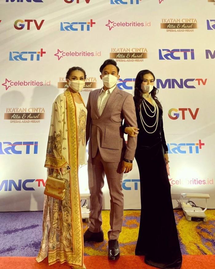 Ayu Ting Ting hadir bersama dua rekannya, Anwar BAB dan Iis Dahlia. Ayu memakai gaun bertema India rancangan dari Ghea Fashion Studio/Sumber/Instagram/ayutingting92.