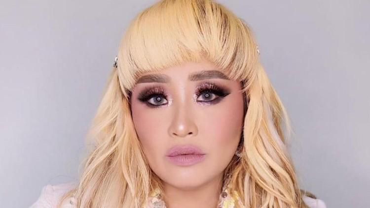 Tak sering muncul di TV, Pinkan Mambo membuat heboh netizen karena ia menjual barang seisi rumahnya. Berikut potret Pinkan Mambo!