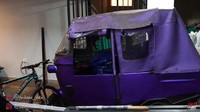 <p>Saat memasuki gerbang, terlihat mobil-mobil mewah Atta Halilintar yang berjejer. Selain mobil, terlihat juga sebuah bajaj berwarna ungu. (Foto: YouTube SULE Channel)</p>