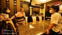 <p>Di ruang makan, terdapat meja makan besar, Bunda. Mejanya terbuat dari bahan marmer yang mengkilat. (Foto: YouTube SULE Channel)</p>
