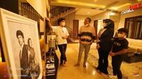 <p>Hampir di setiap ruangan, Atta Halilintar memajang foto berdua Aurel Hermansyah nih, Bunda. Atta juga mengaku sudah menyiapkan 15 kamar untuk 15 orang anaknya kelak. <em>Wow!</em> (Foto: YouTube SULE Channel)</p>