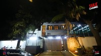 <p>Rumah Atta Halilintar dan Aurel Hermansyahtergolongmewah, Bunda. Pagar rumahnya pun dibuat tinggi dari kayu. Di bagian depannya juga terlihat pos sekuriti. (Foto: YouTube SULE Channel)</p>