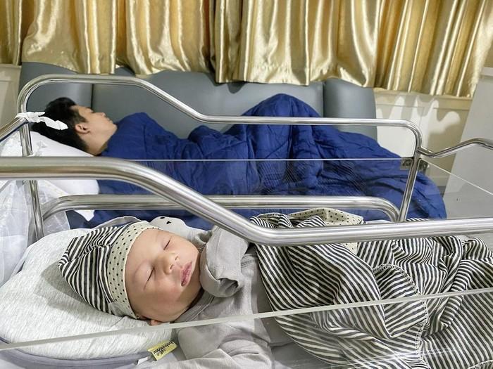 Ukkasya Muhammad Syahki lahir pada Selasa, 30 Maret 2021 melalui operasi caesar. Ukkasya lahir dengan berat 3,4 kg dalam keadaan sehat walafiat. (Foto: instagram.com/ukkasyahki/)