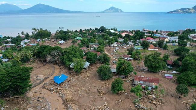 Kabupaten Flores Timur merupakan wilayah dengan korban jiwa terbanyak akibat bencana dampak cuaca ekstrem siklon tropis seroja di NTT sejauh ini.