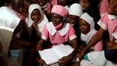 Seorang perempuan Nigeria, Shade Ajayi, memutuskan menuntut ilmu di sekolah dasar pada usia 50 tahun.