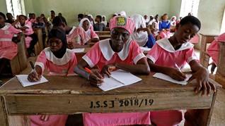 FOTO: Kegigihan Wanita Nigeria Menuntut Ilmu di Usia 50 Tahun