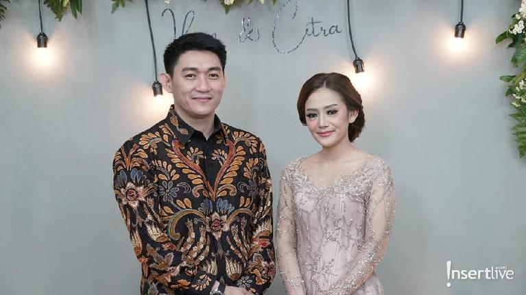 Berikut adalah momen lamaran Ifan Seventeen dan Citra Monica
