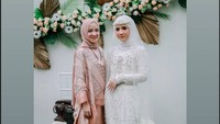 <p>Nissa Sabyan akhirnya tampil dan muncul di hadapan publik, Bunda. Ia tampak menghadiri sebuah acara pernikahan. (Foto: dok instagram @Nissa Sabyan)</p>