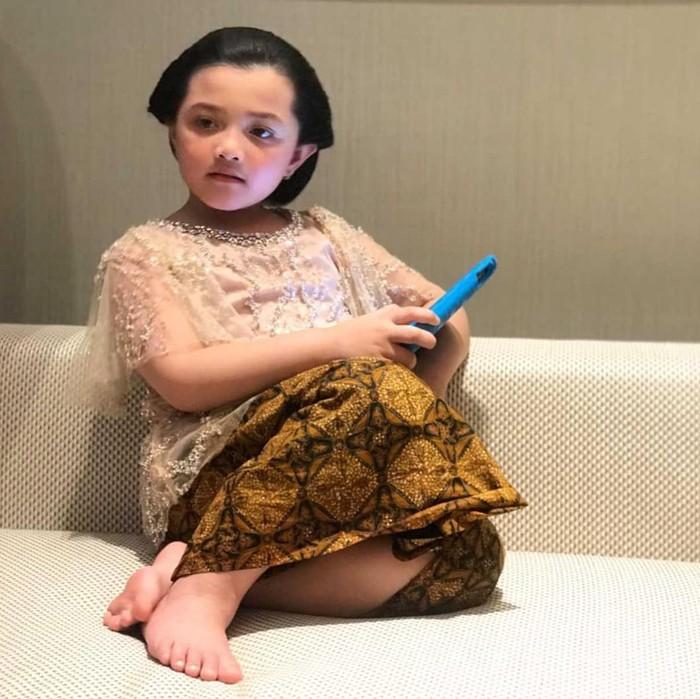 Gaya duduknya yang sopan layaknya orang dewasa juga jadi perhatian warganet. (Foto: instagram.com/queenarsy/)