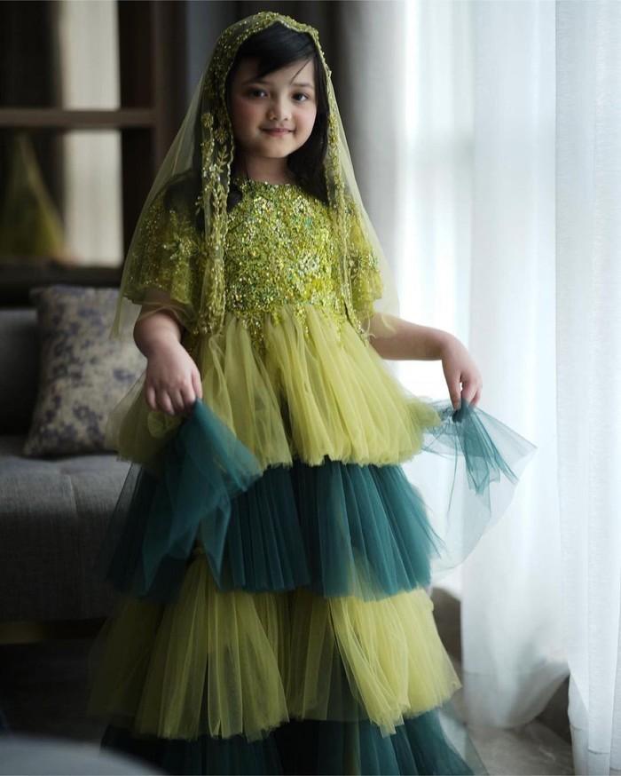 Ia tampil bak princess dengan gaun hijau dengan rok tutu ber-layer serta selendang hijau di kepalanya. (Foto: instagram.com/ananghijau/)
