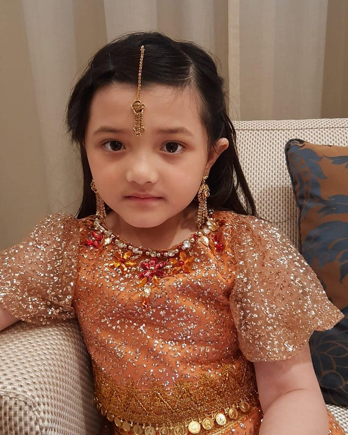 Saat momen henna night, Arsy juga turut mengenakan setelan dress ala-ala Timur Tengah dan India warna oranye. Wajahnya yang imut dan cantik semakin menggemaskan dipadu dengan baju tersebut. (Foto: instagram.com/queenarsy/)