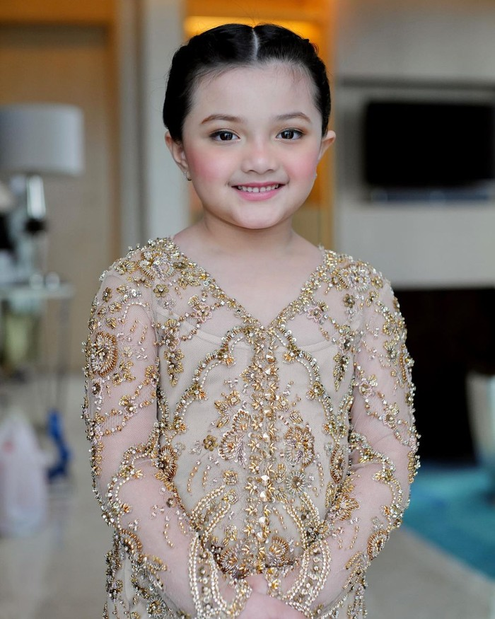 Di acara akad, Arsy tampil dengan kebaya dan riasan yang simpel tapi tetap elegan. Gadis kecil dan imut ini tampil sumringah di pernikahan sang kakak. (Foto: instagram.com/ananghijau/)