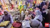 Pengunjung memadati pasar Tanah Abang jelang Ramadan, Selasa (6/4).