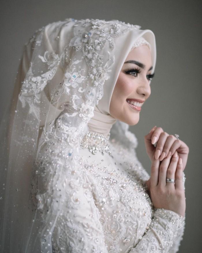 Inspirasi berikutnya datang dari Citra Kirana. Istri Rezky Aditya ini tampil anggun dalam balutan kebaya putih panjang. Kebaya tersebut memiliki detail payet di seluruh permukaan. Dipadukan dengan hijab putih dan siger sunda, pesona Citra Kirana sangat terpancar. (Foto:instagram.com/imagenic)