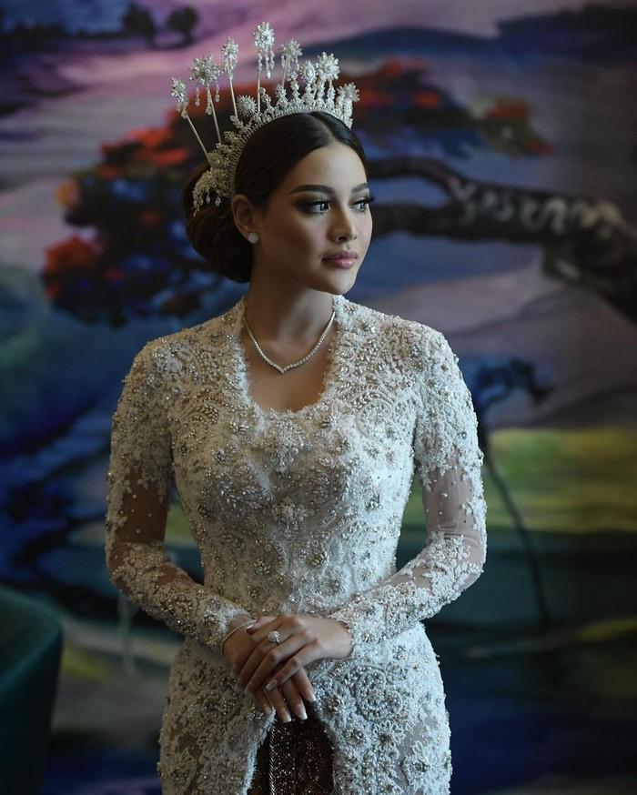 Berikutnya ada Aurel Hermansyah yang belum lama ini menikah, dirinya juga memilih kebaya berwarna putih. Kebaya berlengan panjang itu tampak tertutupdan dihiasi payet di seluruh sisinya. Benar-benar cantik dan anggun lengkap dengan mahkota putih dan aksesoris. (Foto: Instagram.com/aurelie.hermansyah)