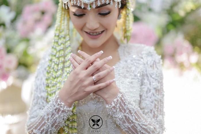 Pedangdut Siti Badriah juga tidak kalah stunning saat memakai kebaya putih di hari pernikahannya. Kebaya rancangan desainer Arsyzara itu memiliki detail manik-manik mutiara membentuk motif garis yang indah. (Foto:instagram.com/sitibadriahh)