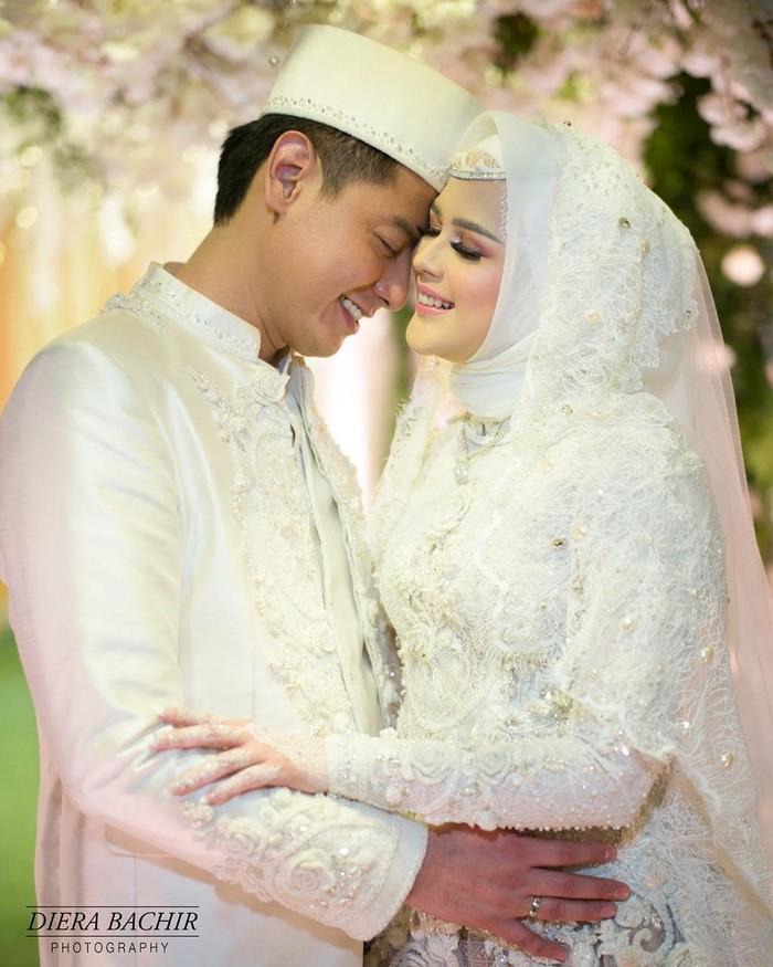 Artis cantik berdarah Aceh Cut Meyriska tampil menawan dengan kebaya putih detail payet di hari pernikahannya. Kebya tersebut semakin memesona kala dipadukan dengan kain songket merah dan veil pengantin. (Foto:instagram.com/rogerojey)