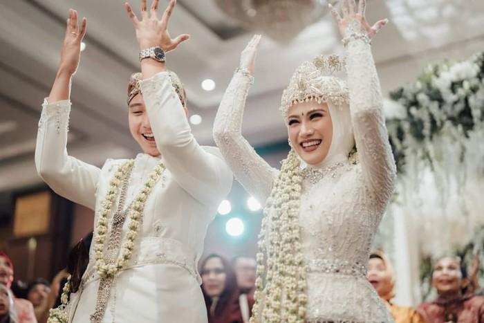 Eks personil JKT48 Melody Nurramdani Laksani juga memilih kebaya putih di hari pernikahan. Kebaya tersebut memiliki aksen ikat di bagian pinggang sehingga memberi kesan lebih langsing. Kira-kira dari semua model kebaya ini, kamu lebih suka yang mana? (Foto:instagram.com/fathonihanif)