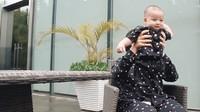 <p>Kita doakan, semoga Baby Air tumbuh menjadi anak yang berbakti dan selalu diberi kesehatan ya, Bunda. Aamiin. (Foto: YouTube: Aish TV)</p>