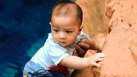 <p>Enggak cuma itu, Baby Air juga diajak Ayah Ammar untuk manjat-manjat nih. (Foto: YouTube: Aish TV)</p>