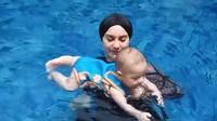 <p>Selama liburan, Baby Air juga tampak aktif nih, Bunda. Bayi laki-laki ini tampak senang saat diajak berenang di kolam bersama Bunda Irish. (Foto: YouTube: Aish TV)</p>