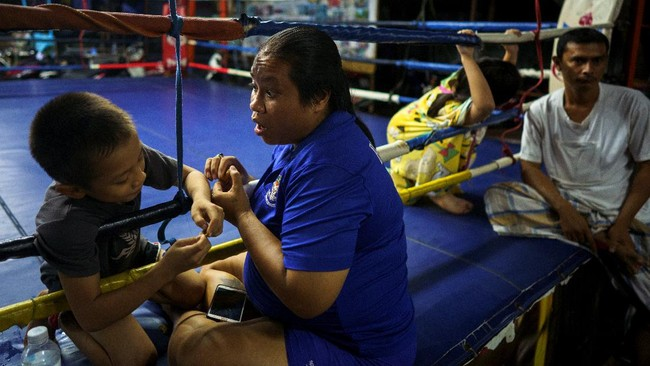 Petarung cilik, Pornpattara Peachurai atau yang akrab dikenal Tata Por Lasua bertarung di atas ring demi membantu perekonomian keluarga.