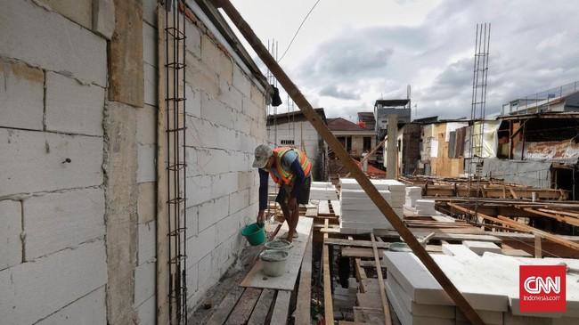 Pemprov DKI merenovasi 40 rumah warga dengan konsep rumah panggung setinggi 3,5 meter dan dibangun tiga lantai untuk menghadapi banjir luapan kali Ciliwung.