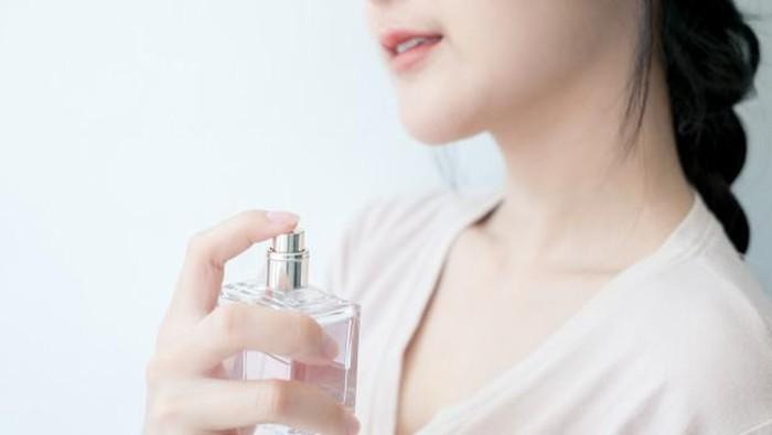 5 Kesalahan Pakai Parfum yang Bikin Wanginya Gak Awet!
